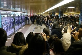 Fans Rush to See Cybil System Hacked by Motoko Kusanagi in Shinjuku Station