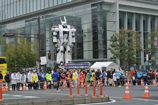 Runners Get Cheered on By Life-Size Ingram Guarding Tokyo Marathon
