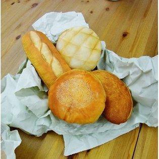 "They Look So Tasty but You Can't Eat Them! These ""Maru de Pan Mitaina Pouch"" Bread-Shaped Pouches Look Way Too Real!"