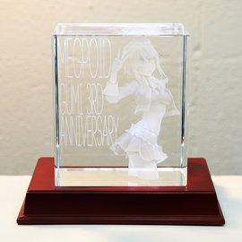 This is the bigger version. The clearness of the crystal makes GUMI look like an optical illusion. When we lifted it up, we were surprised at how heavy it is.